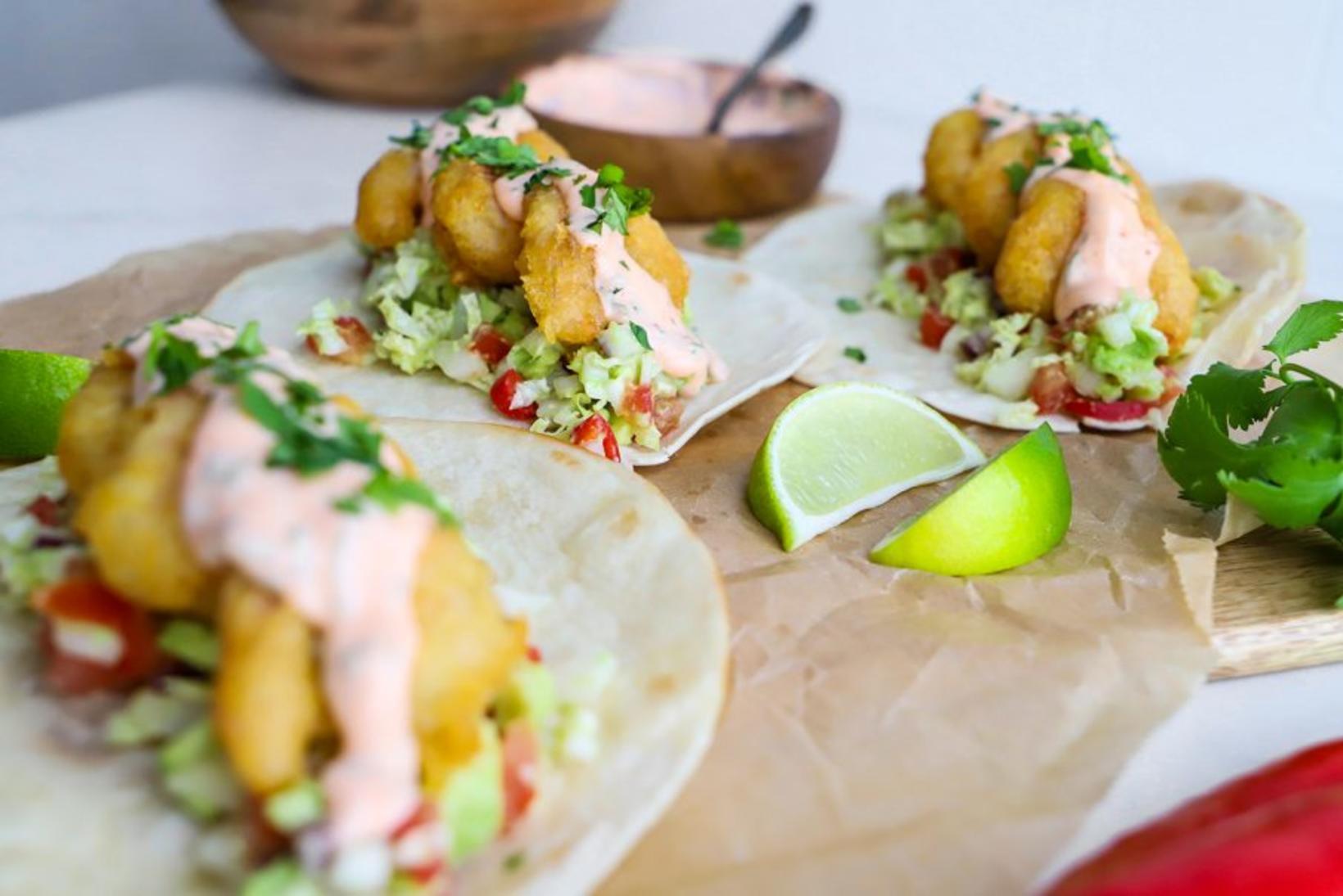 Taco Tuesday! Hér er girnileg uppskrift að risarækjutaco með spæsí …