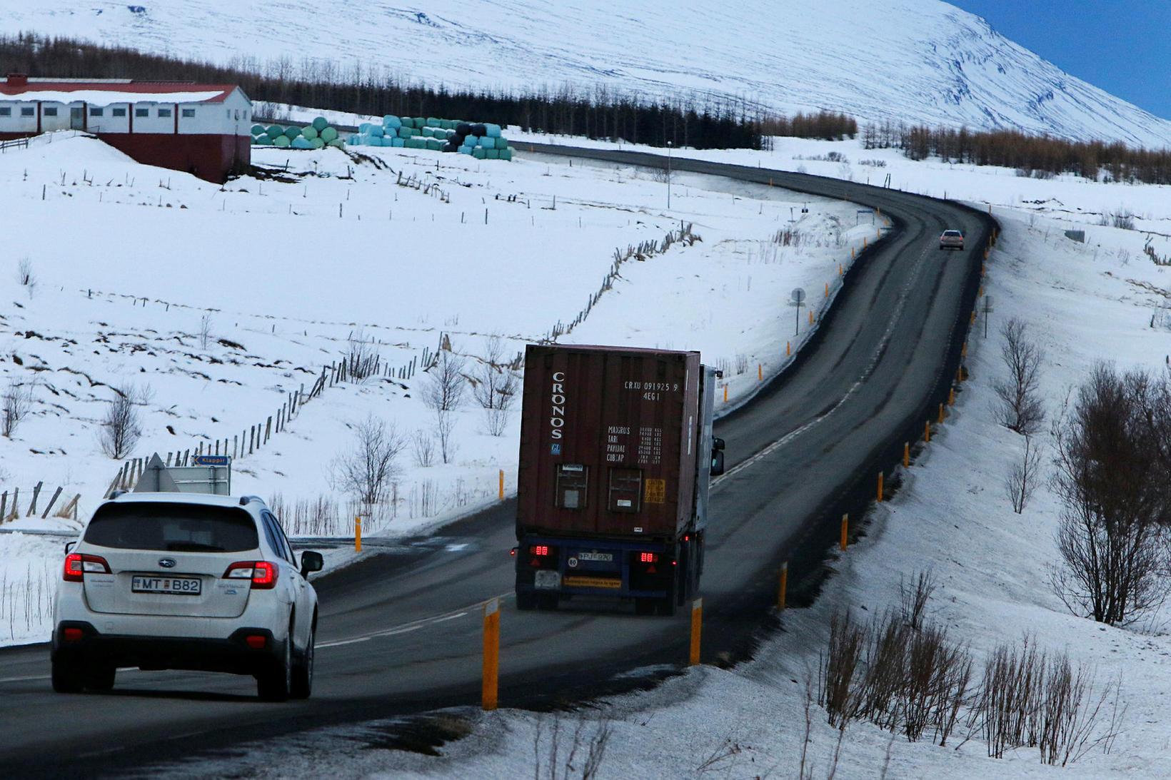 Flutningabíll á þjóðveginum.