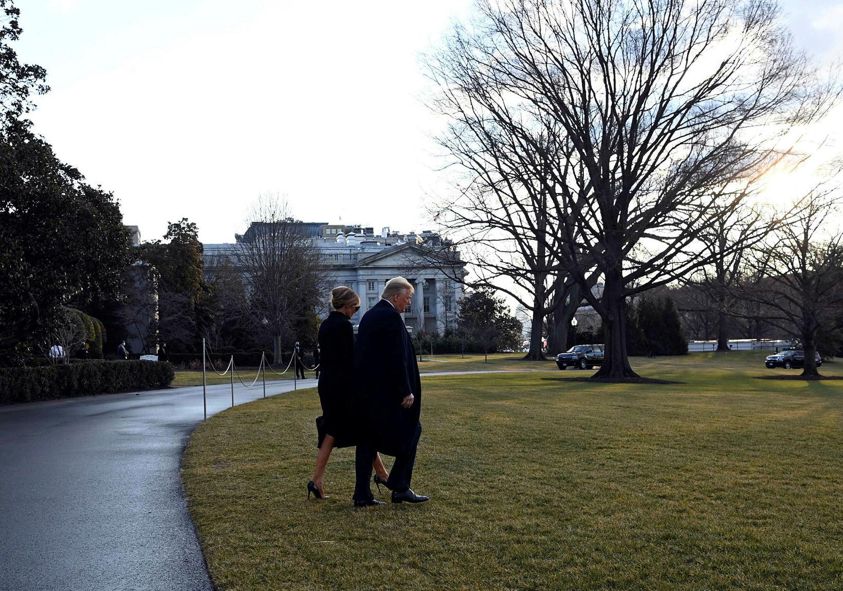 Donald Trump og Melania ganga að þyrlunni á lóð Hvíta …