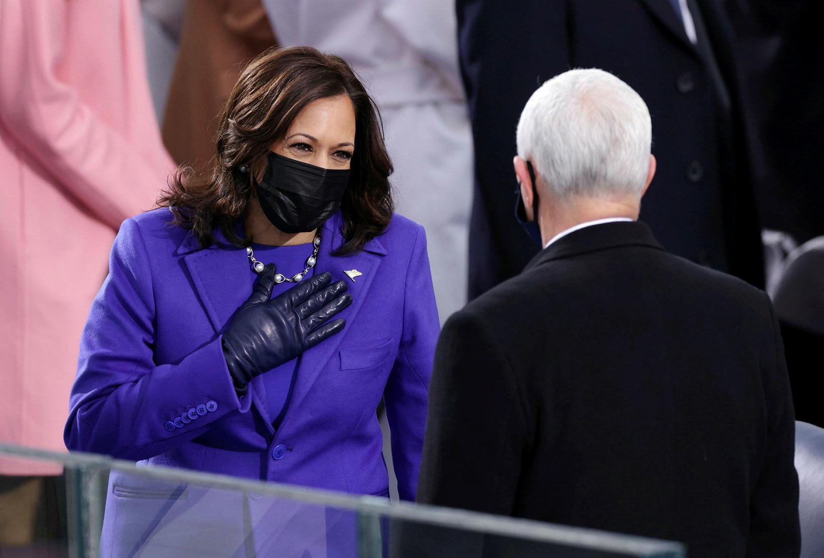 Kamala Harris heilsar fyrirrennara sínum í embætti, Mike Pence.