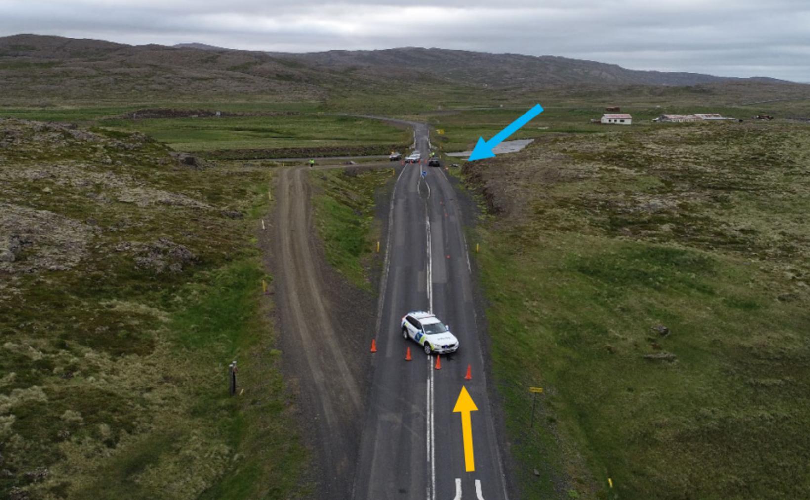 Slysið varð við blindhæð í nágrenni við einbreiða brú.