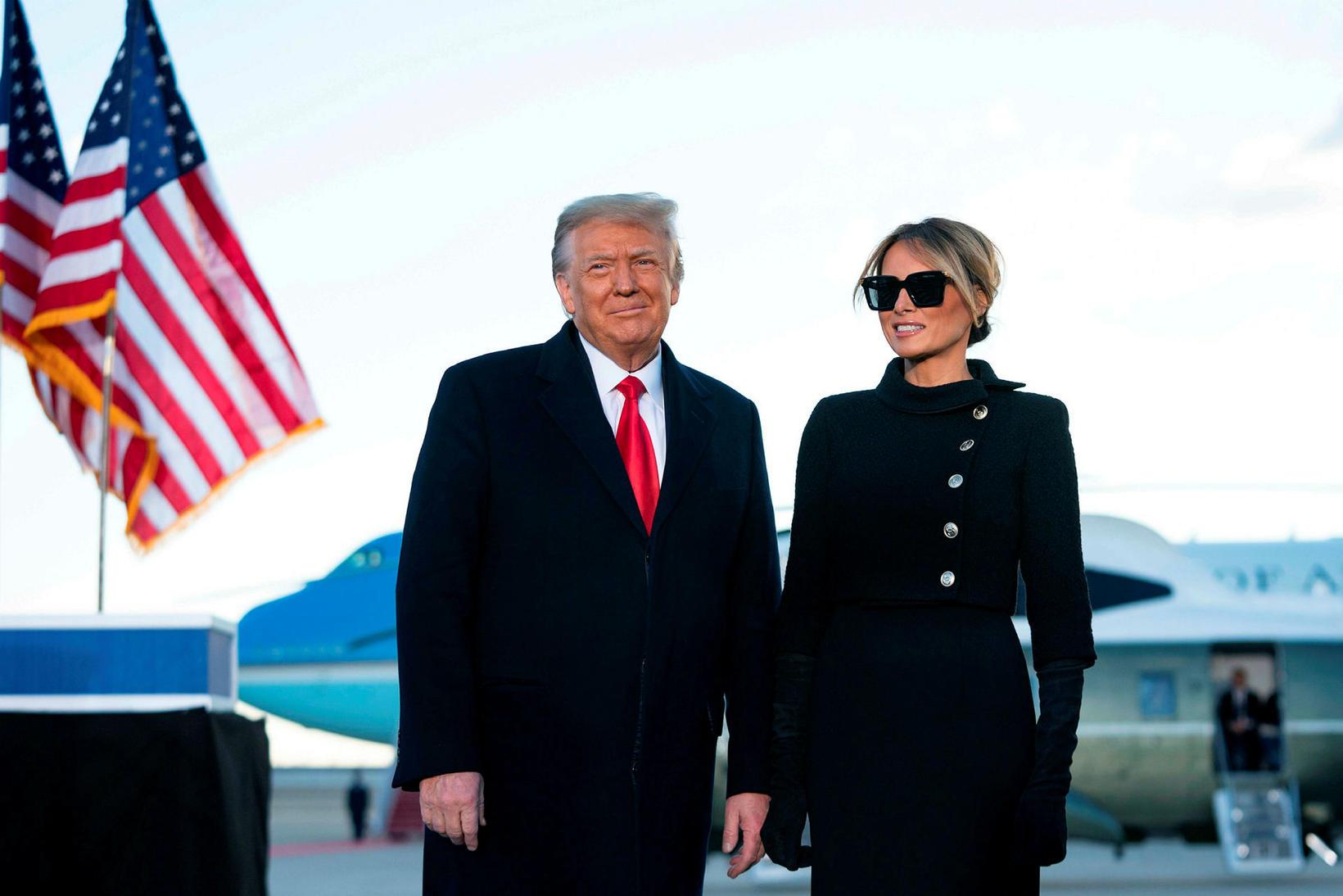 Donald og Melania Trump. Melania yfirgaf Washington í svörtu.