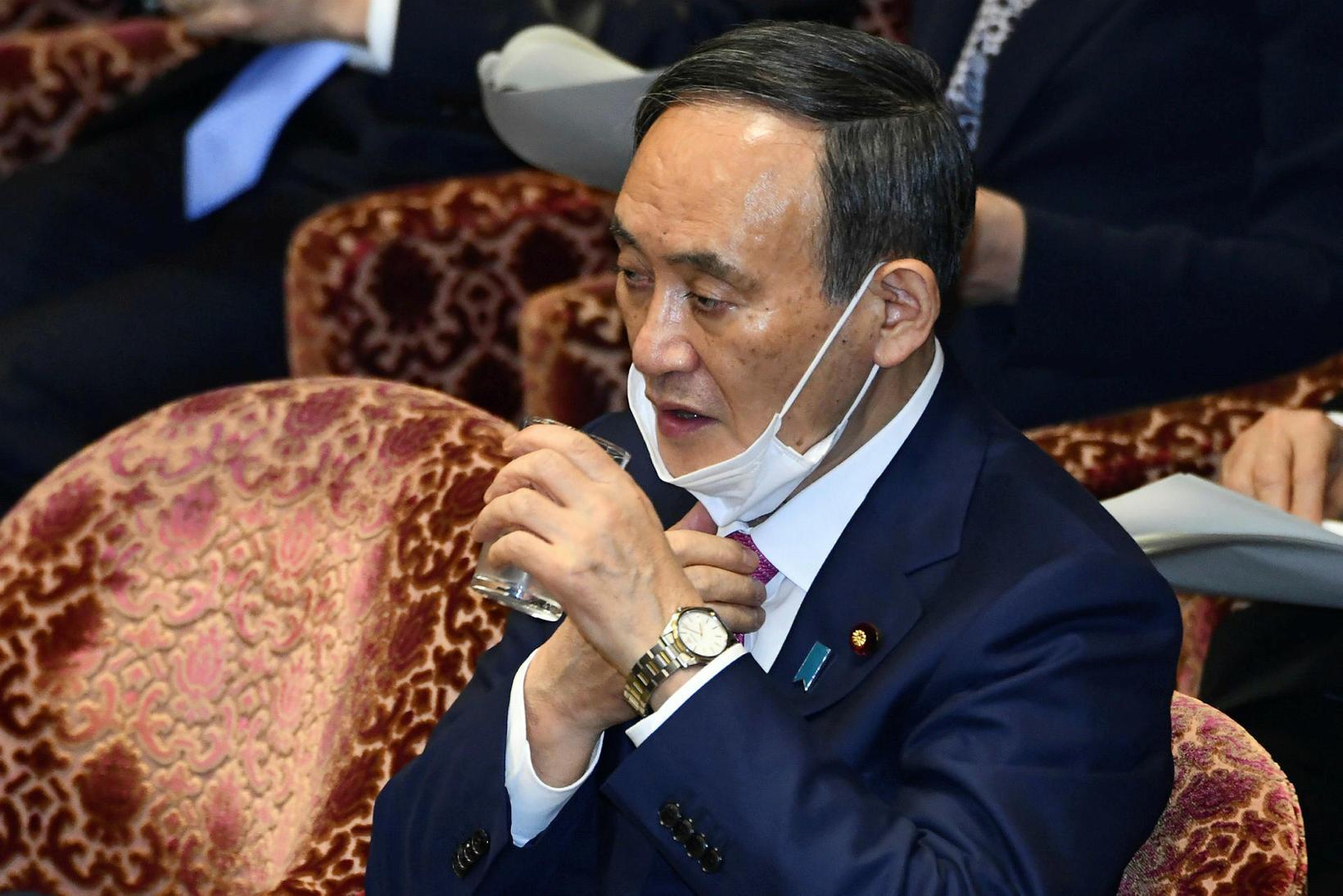 Yoshihide Suga, forsætisráðherra Japans, í þinghúsi landsins.