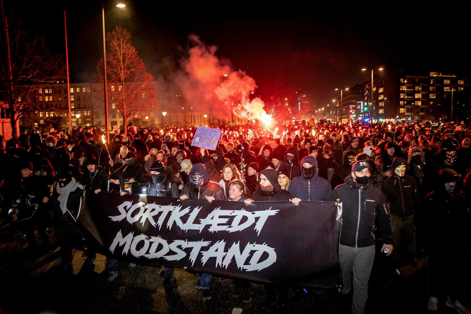 Men in Black, svartklædda mótstaðan, boðaði til mótmæla gegn sóttvarnaaðgerðum …