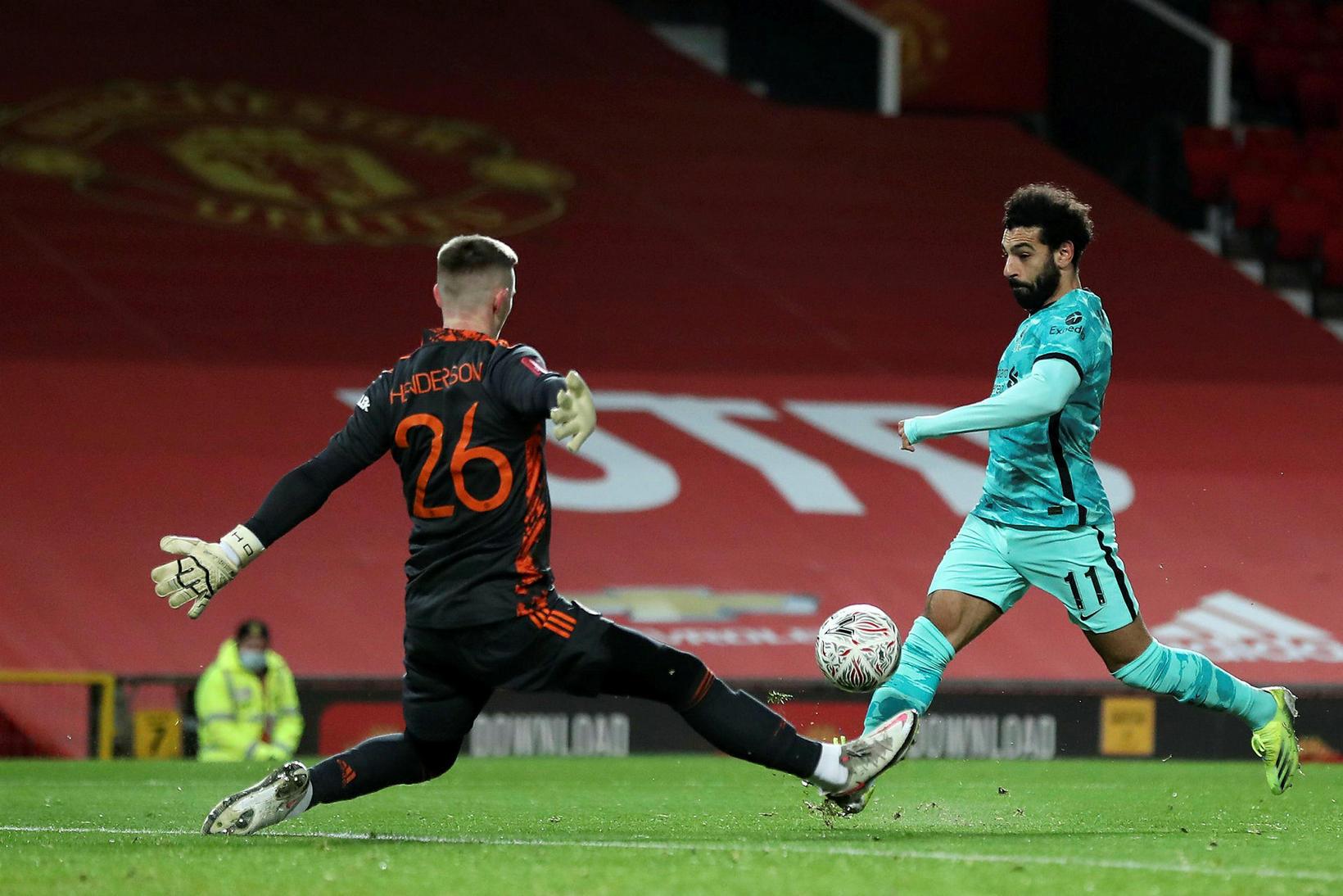 Mohamed Salah kemur gestunum í Liverpool yfir.