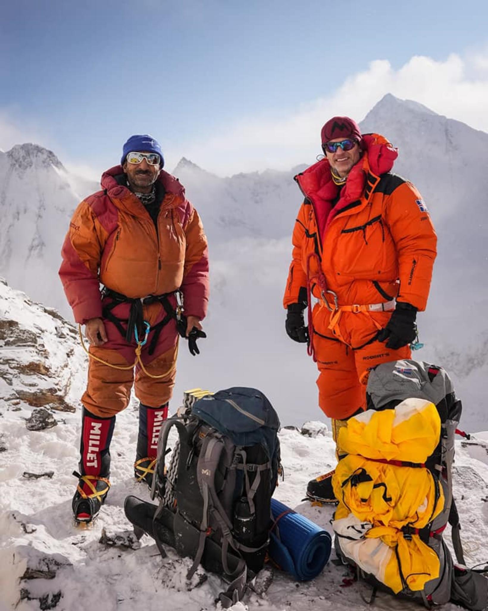 Í hlíðum K2. Muhammad Ali Sadpara og John Snorri Sigurjónsson.