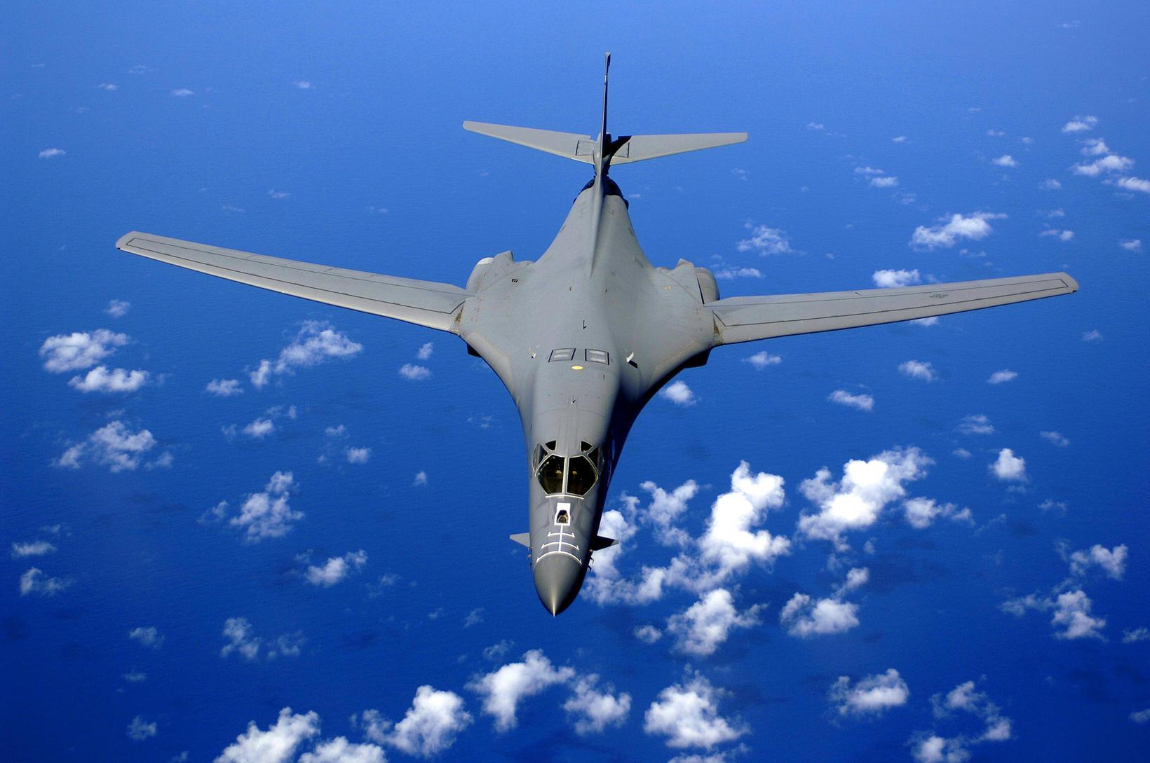 B-1B Lancer-sprengjuflugvél á flugi yfir Kyrrahafi.