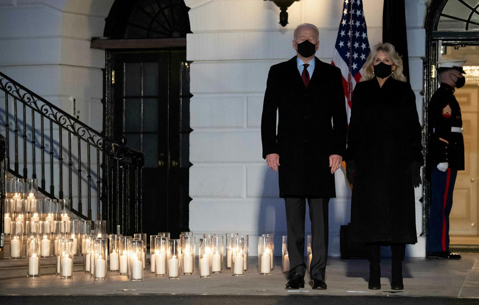 Joe og Jill Biden standa hjá kertunum.