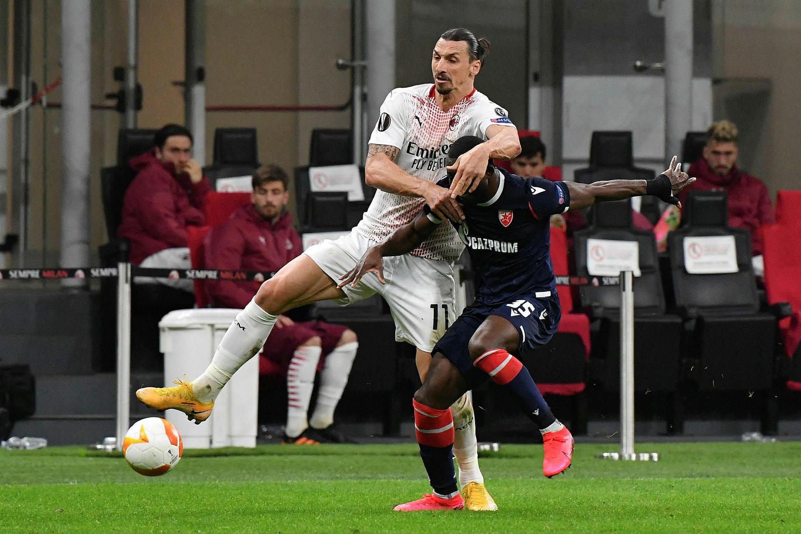 AC Milan fór naumlega áfram.