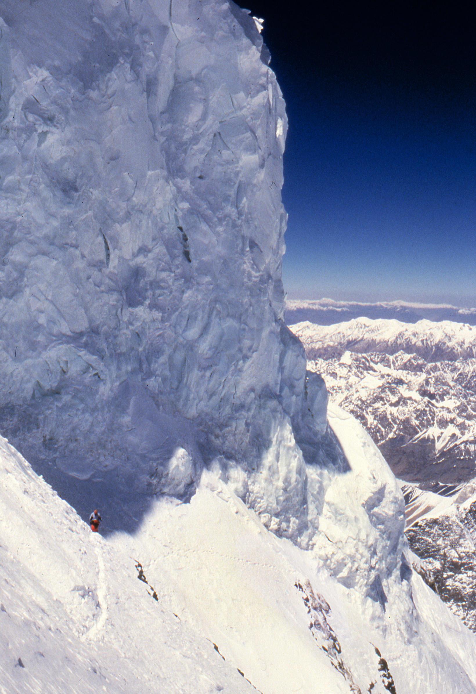 Bottleneck er á Abruzzi Spur leiðinni á tind K2. Ísveggurinn …