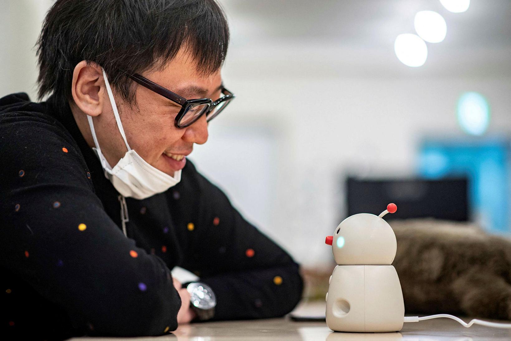 Shunsuke Aoki, forstjóri Yukai Engineering, spjallar við vélmennið Bocco emo …