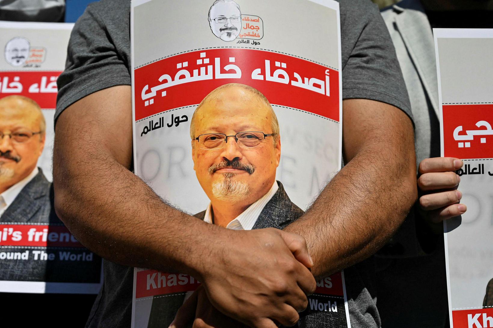 Vinir Jamals Khashoggi halda á plakötum með myndum af honum …