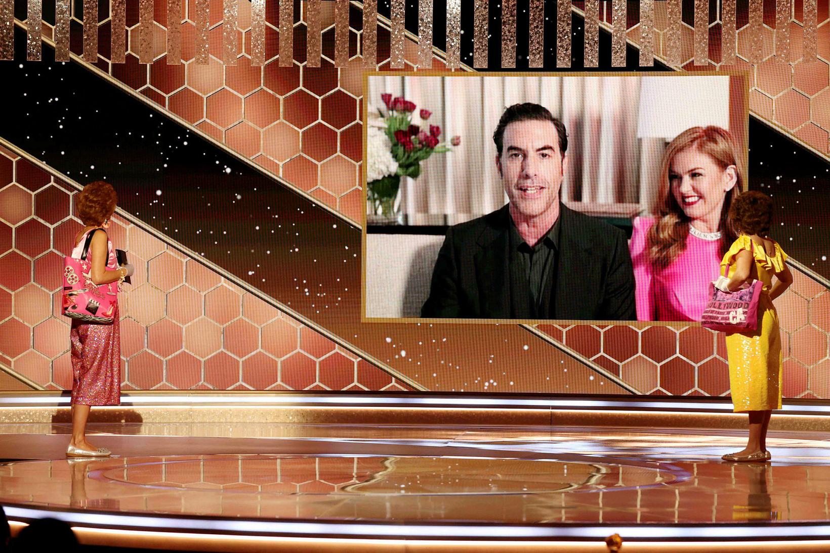 Sacha Baron Cohen ásamt Isla Fisher þegar hann tekur við …