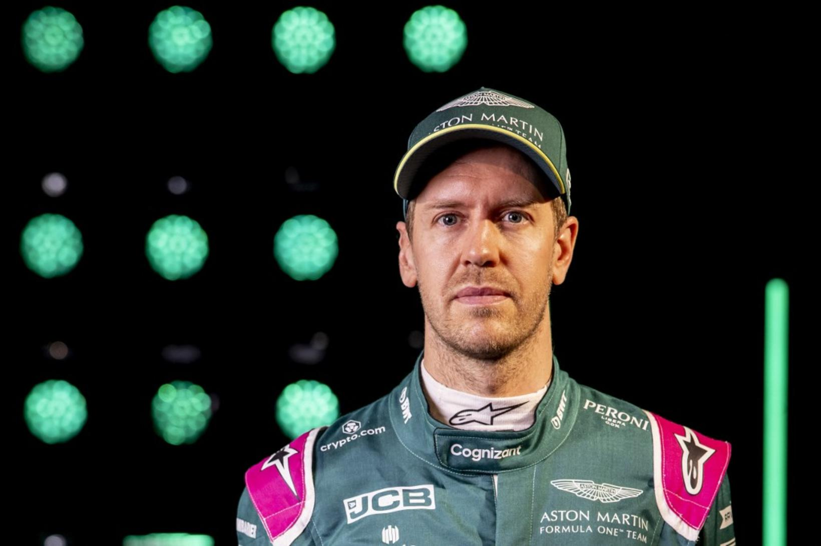 Sebastian Vettel ökumaður Aston Martin.