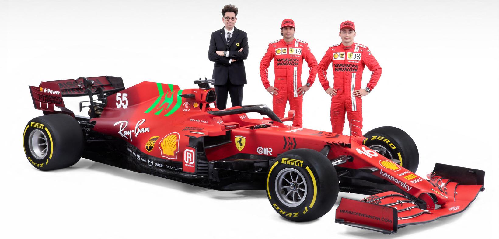 Ökumenn og liðsstjórinn við keppnisbíl Ferrari á formúlutíðinni 2021.