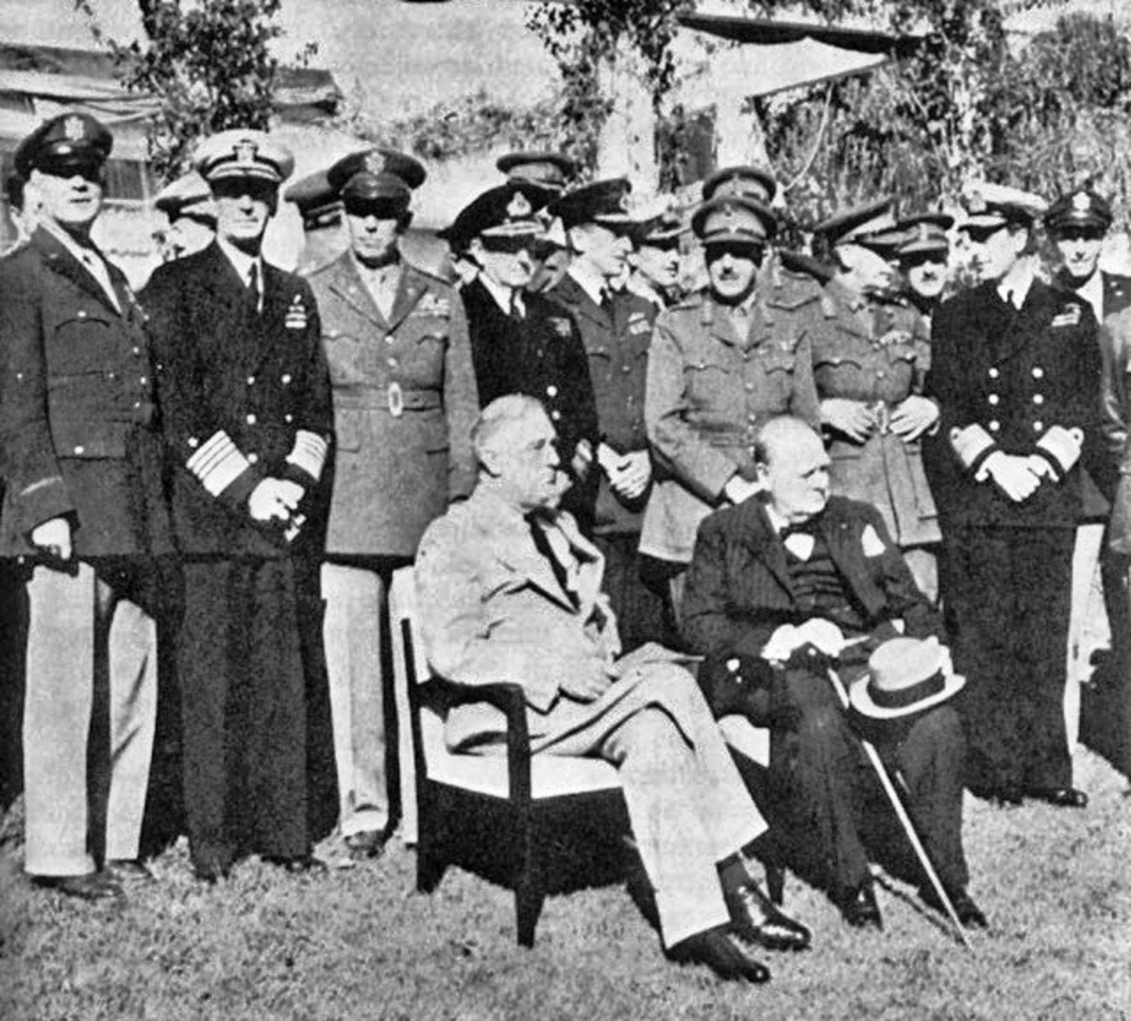 Franklin D. Roosevelt og Winston Churchill á fundinum í Casablanca …
