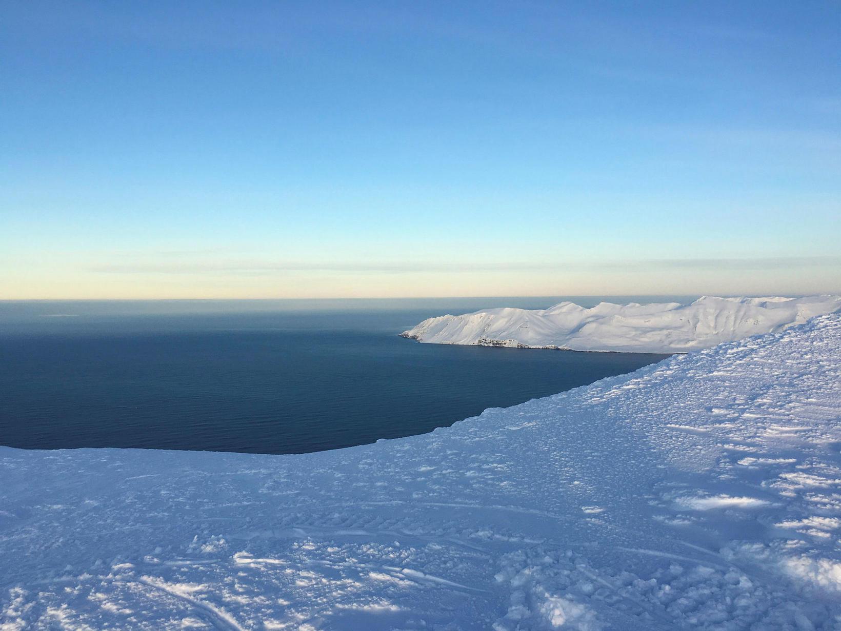 Í norðurhlíðum Múlakollu blasir Atlantshafið við.