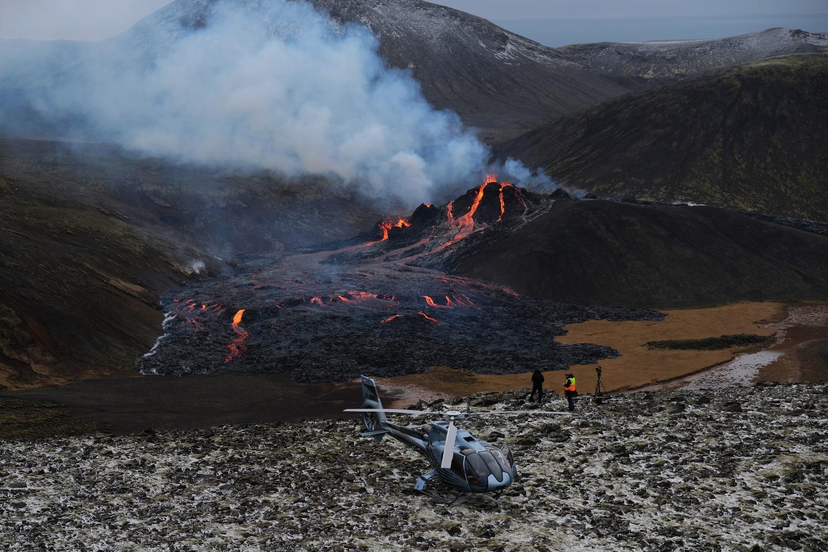 Þyrlunni var lent nærri gosstöðvunum.