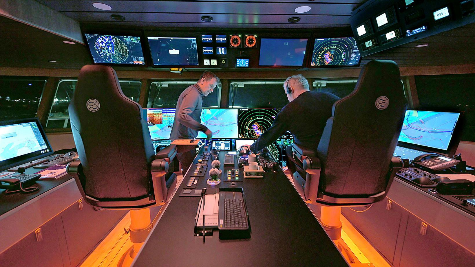 Tæknivætt skip. Skipstjórarnir Birkir Hreinsson og Guðmundur Jónsson í brúnni …