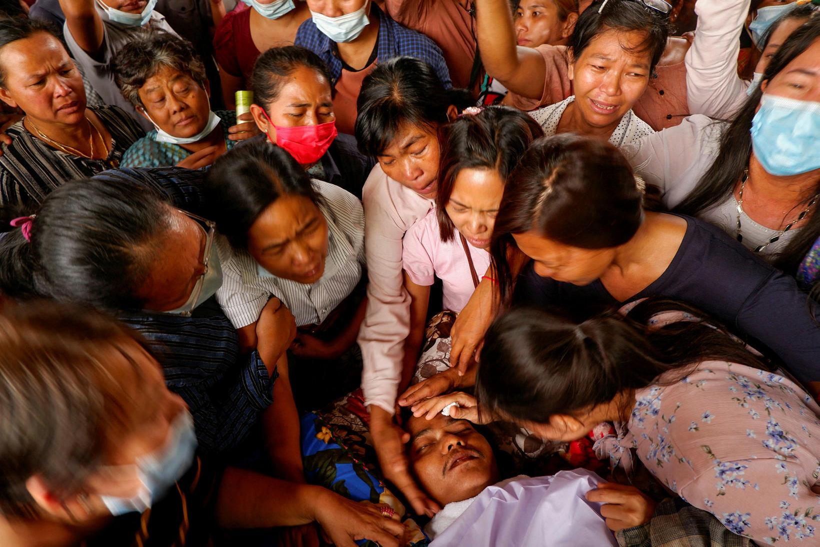 Syrgjendur snerta andlit Kyaw Win Maung sem var skotinn til …