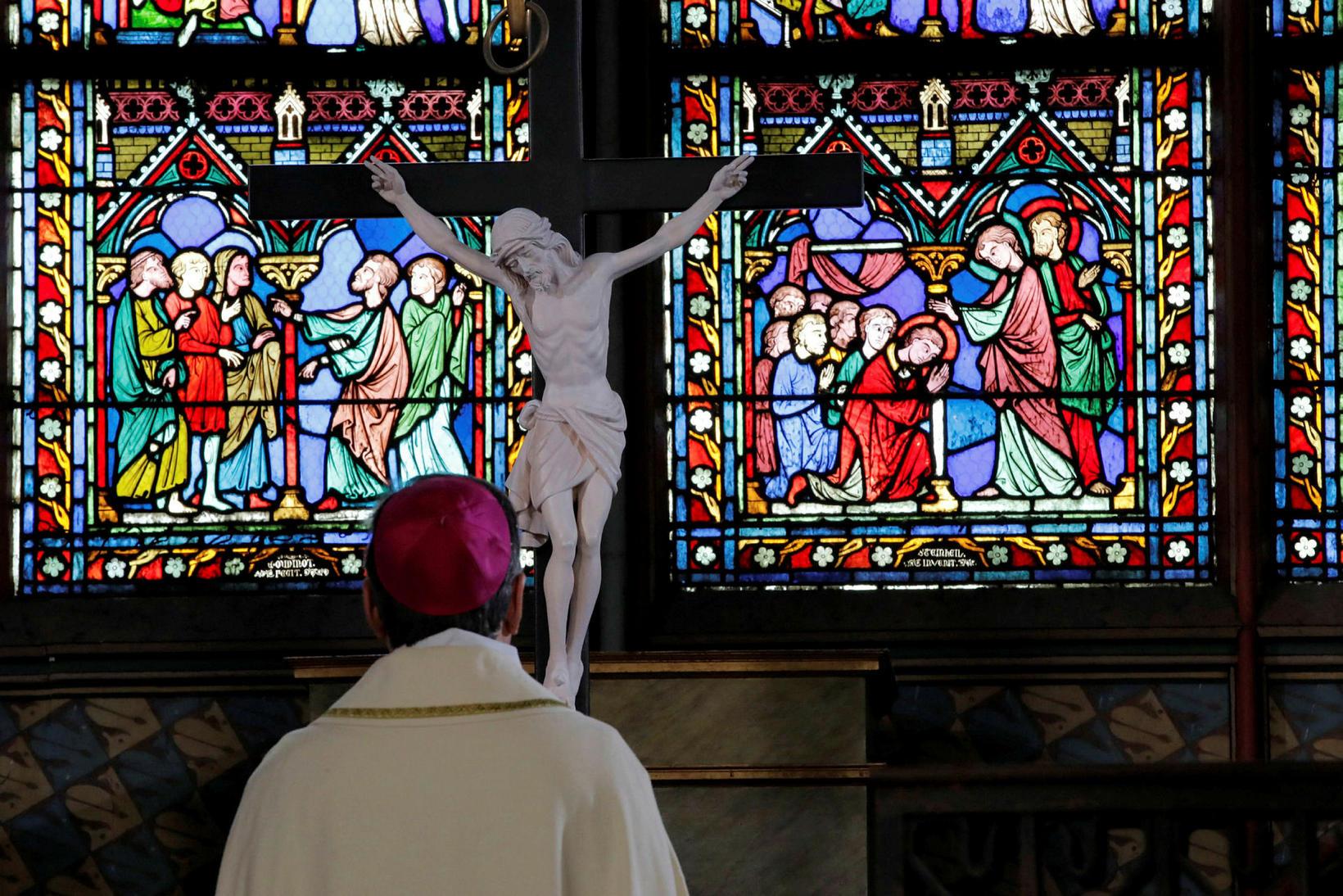 Michel Aupetit erkibiskup messar fyrir tómri kirkju á skírdag.