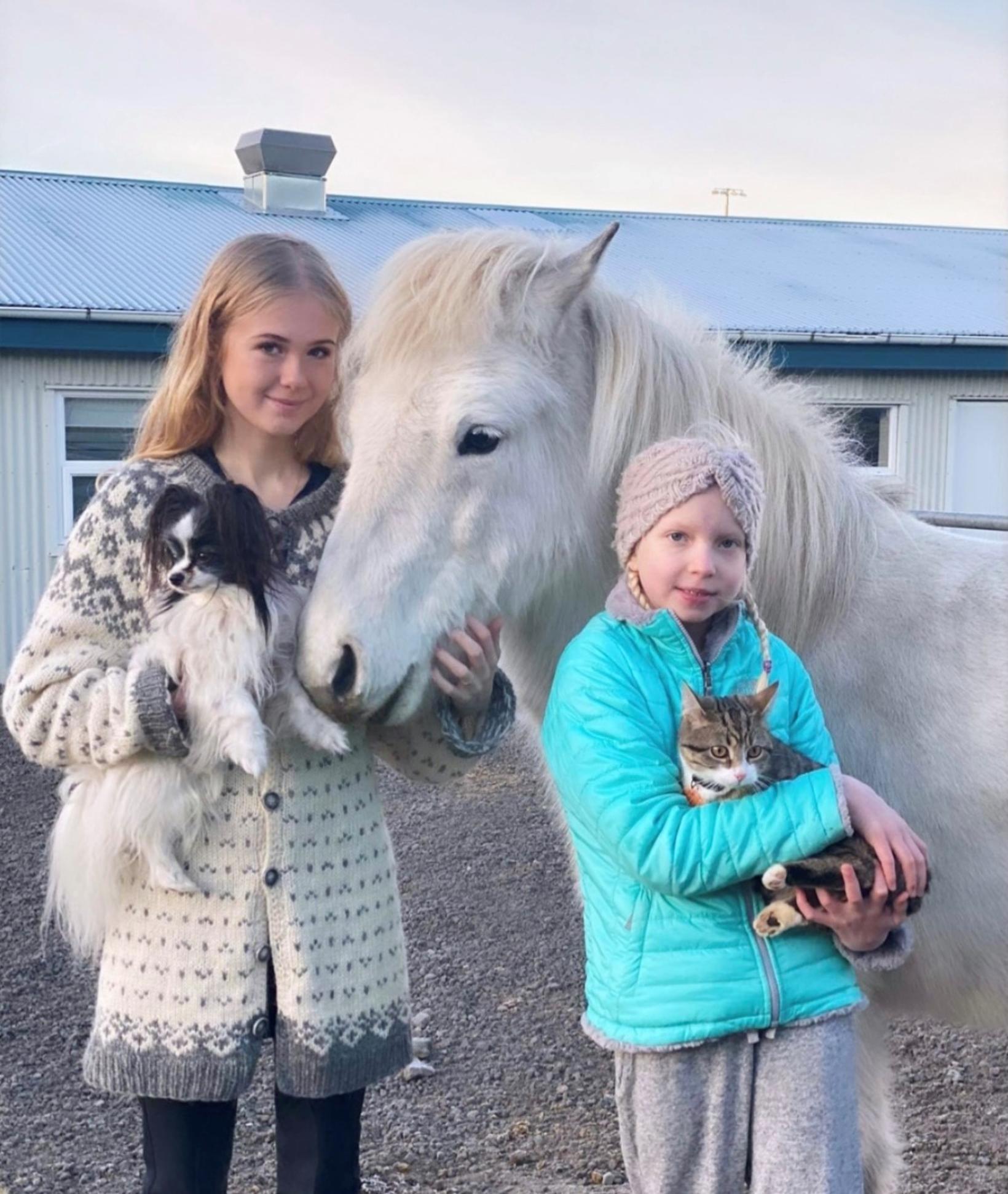 Dæturnar Sunna Dís og Þórunn Rebekka í hesthúsinu fjölskyldunnar.