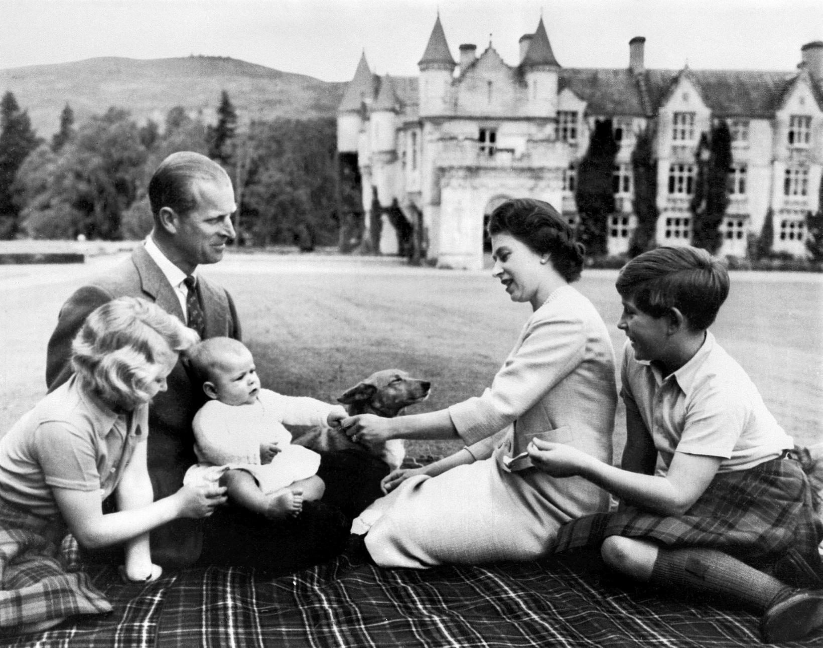 Filippus og Elísabet árið 1960 með þremur elstu börnum sínum …