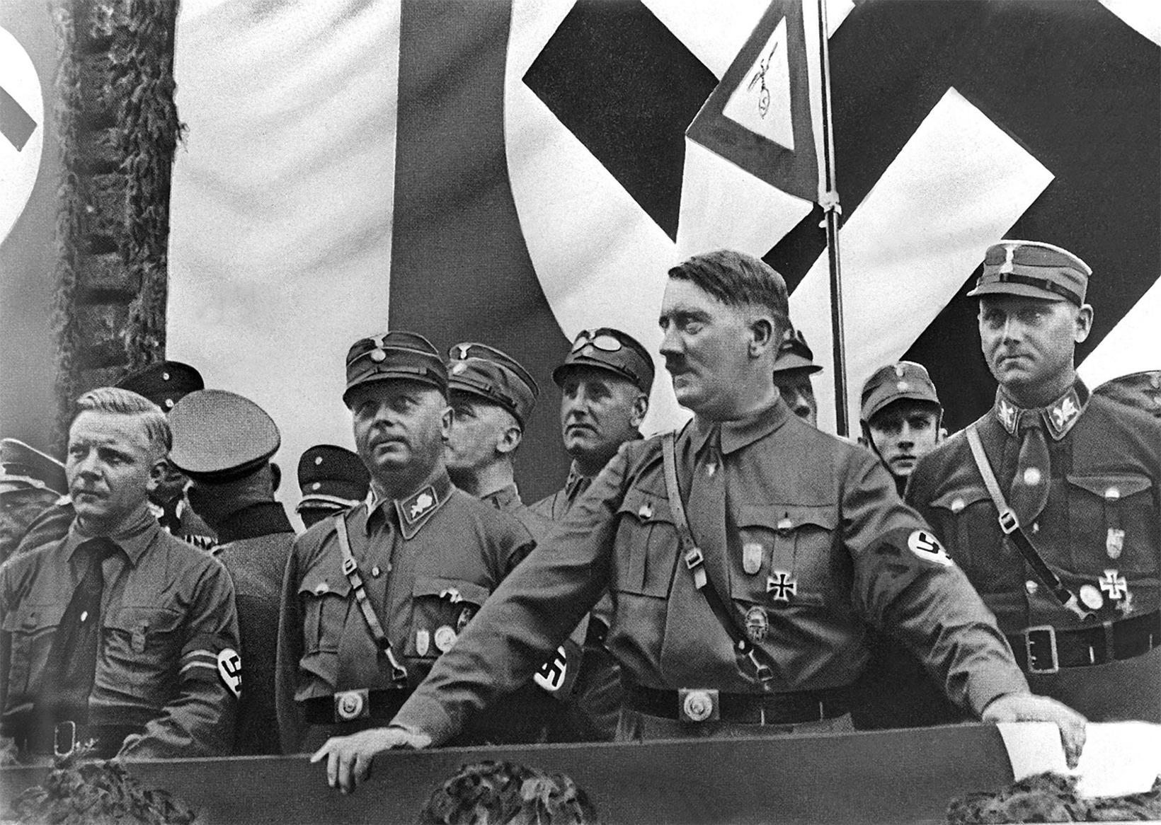 Adolf Hitler ávarpar fjöldafund í Þýskalandi árið 1933.