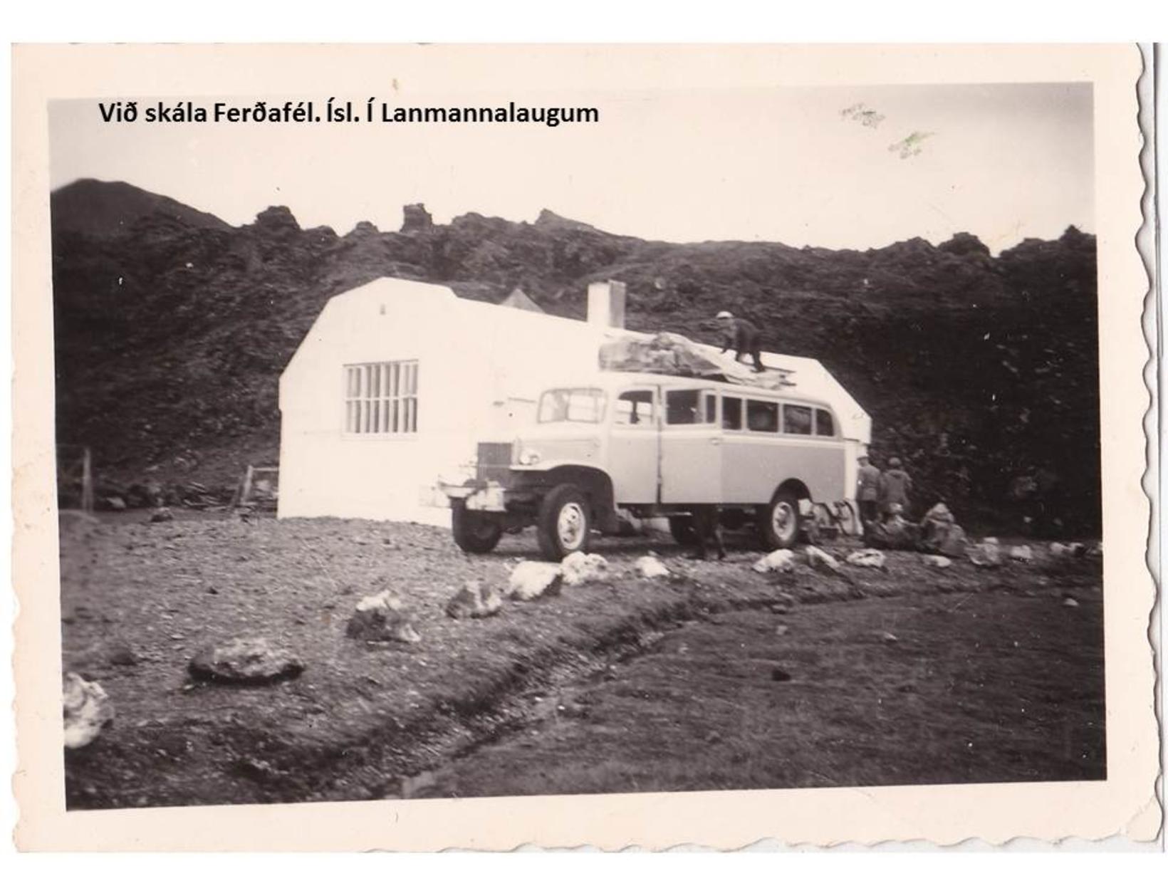 Við skála Ferðafélag Íslands í Landmannalaugum, mynd tekin upp úr …