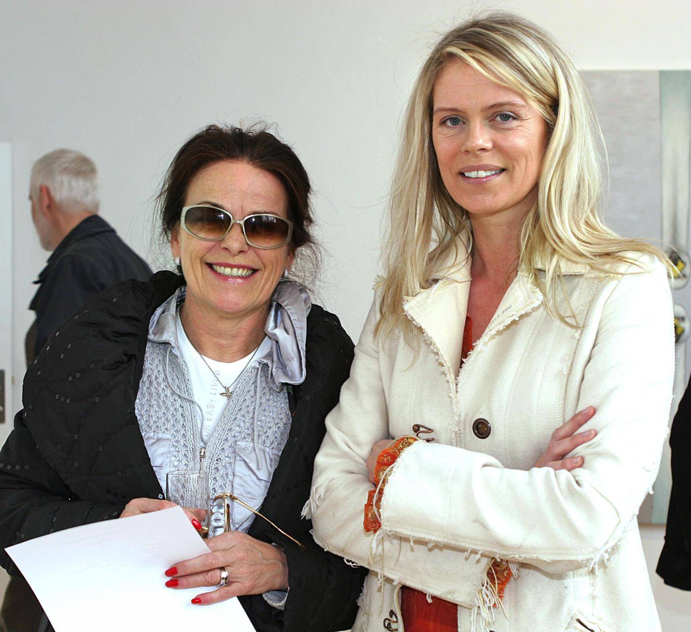 Þóra Guðmundsdóttir og Ingibjörg Pálmadóttir á myndlistarsýningu árið 2005.