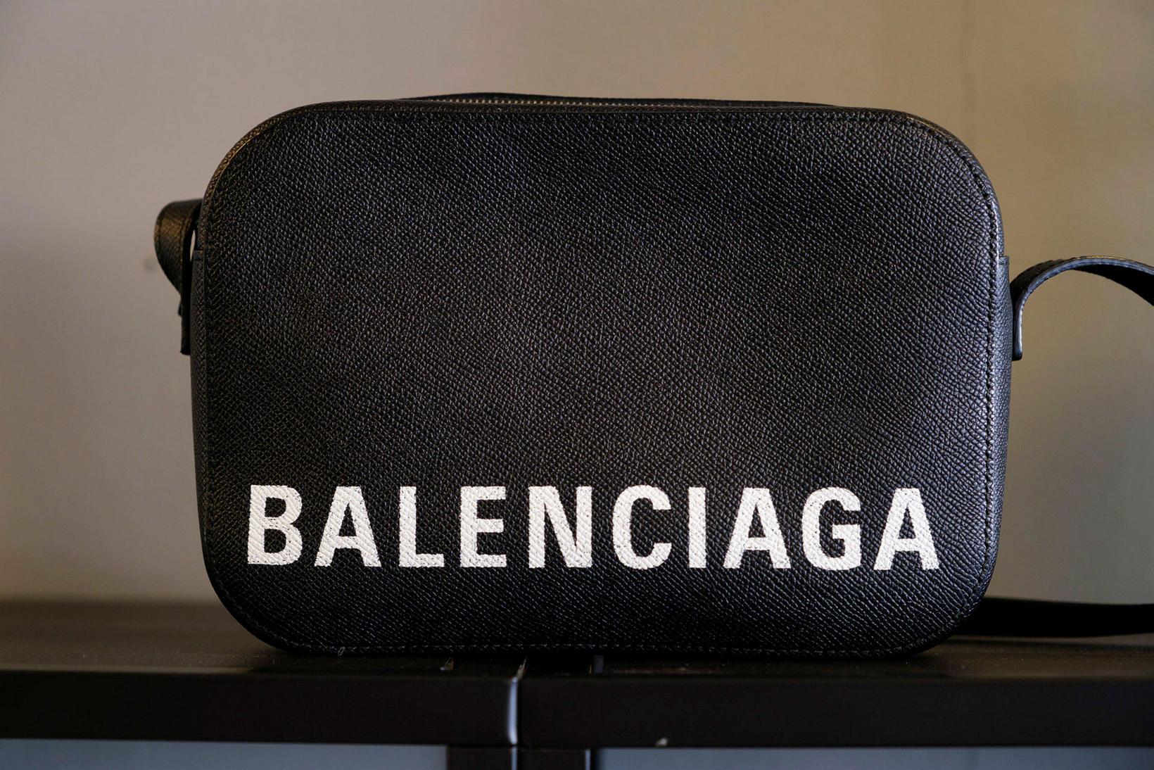 Notuð Balenciaga Camera Bag er til sölu í Attikk.
