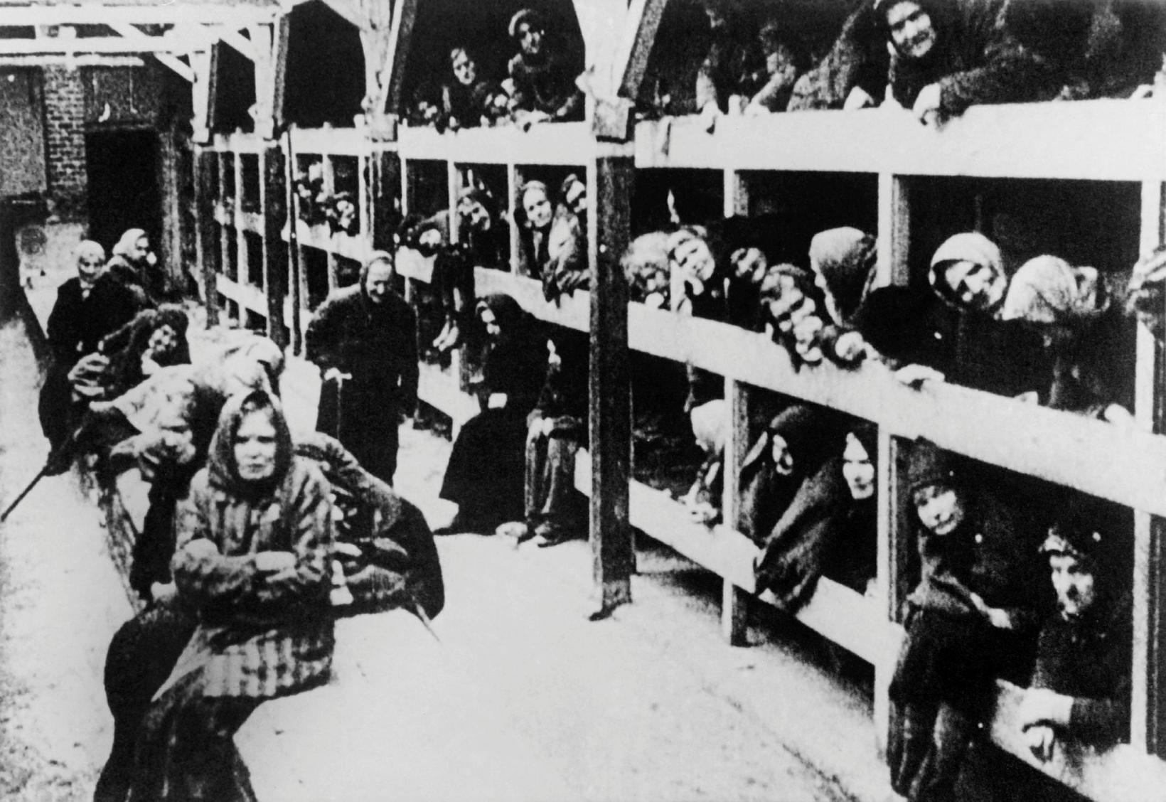 Konur í brökkum sínum eftir að útrýmingarbúðirnar í Auschwitz voru …