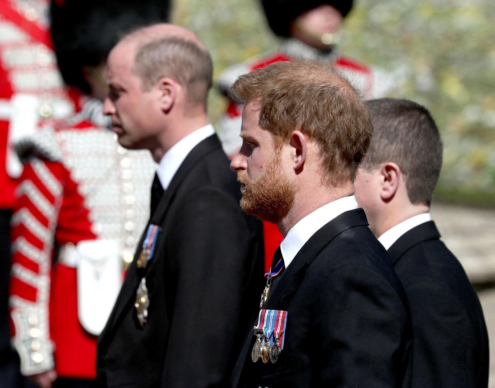 Hér sjást prins William og bróðir hans Harry við jarðarförina.