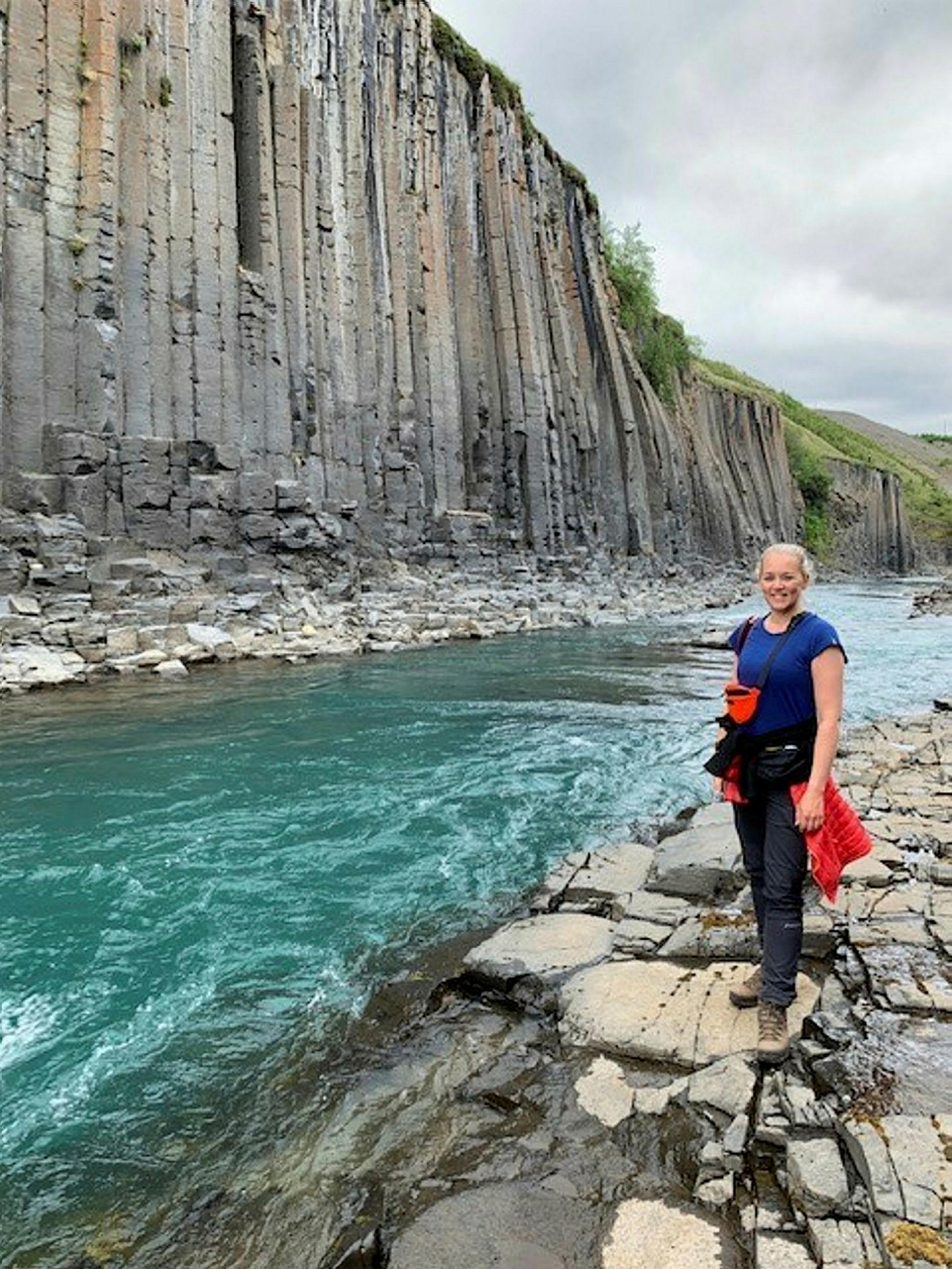 Ásthildur við Stuðalberg. Hún nýtti fyrrasumar til að ferðast innanlands.