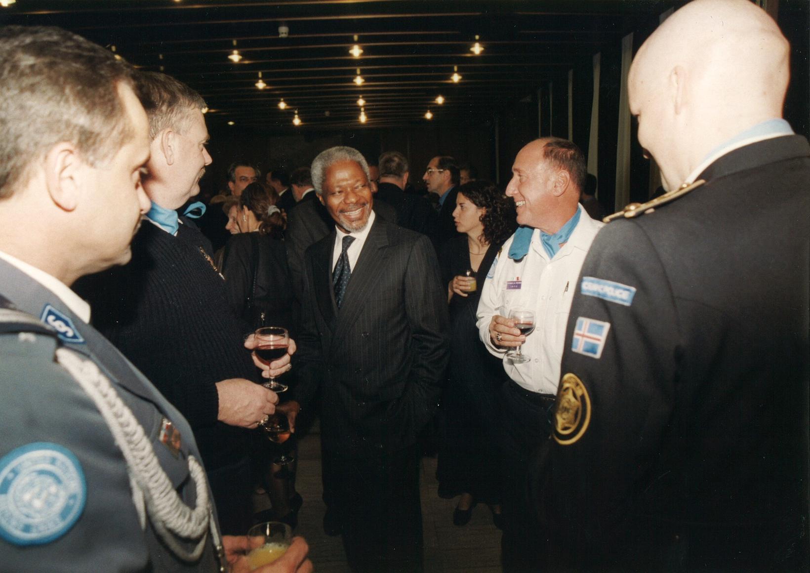 Spjallað við Kofi Annan, aðalritara Sameinuðu þjóðanna, í Bosníu, þar …