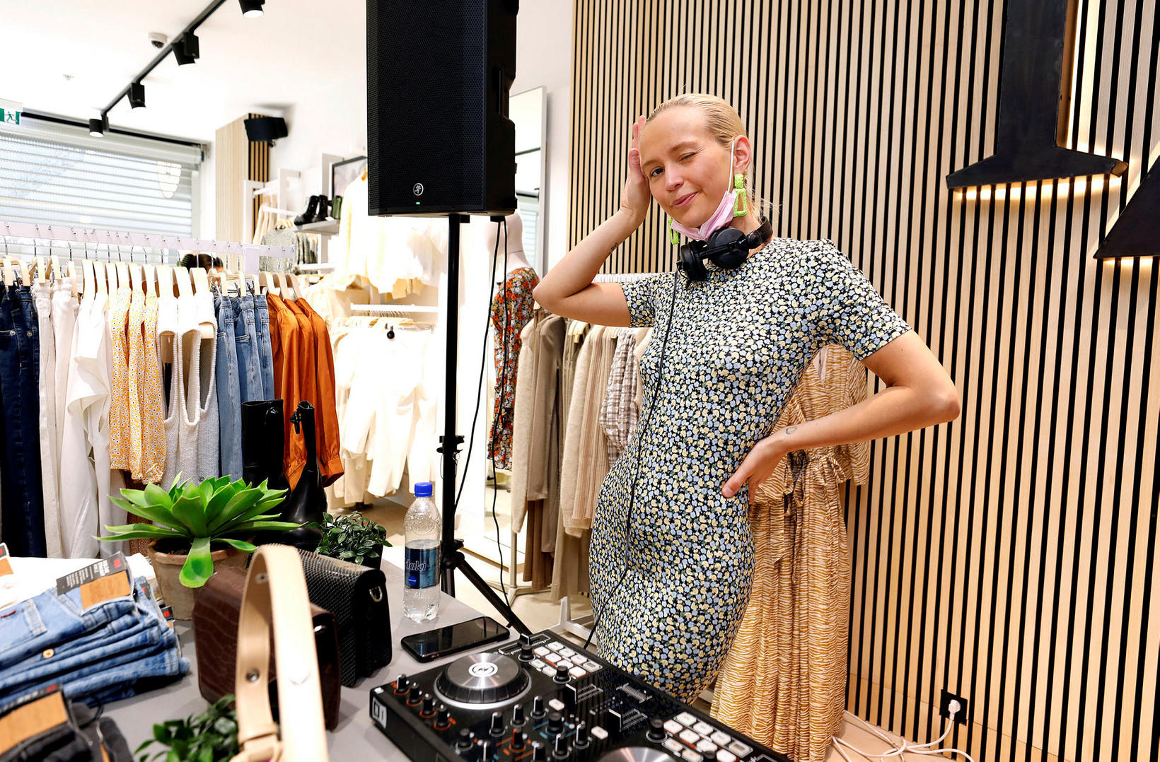 DJ Dóra Júlía.