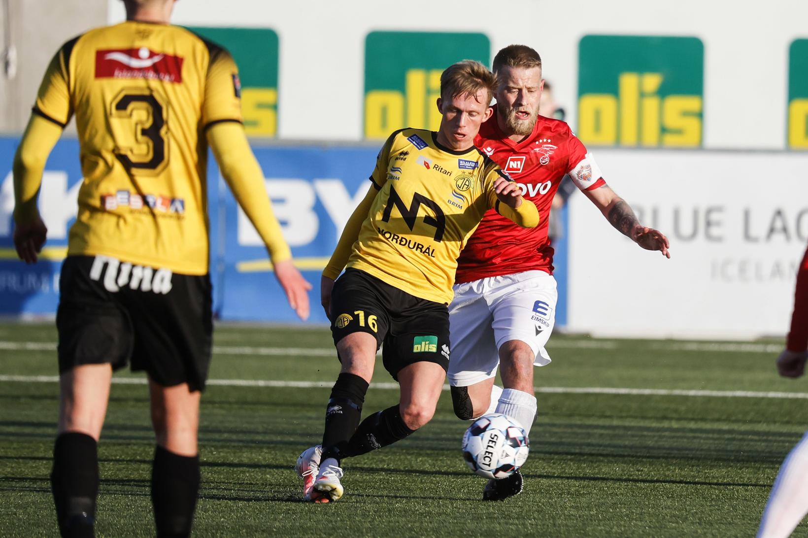 Brynjar Snær Pálsson og Haukur Páll Sigurðsson eigast við á …