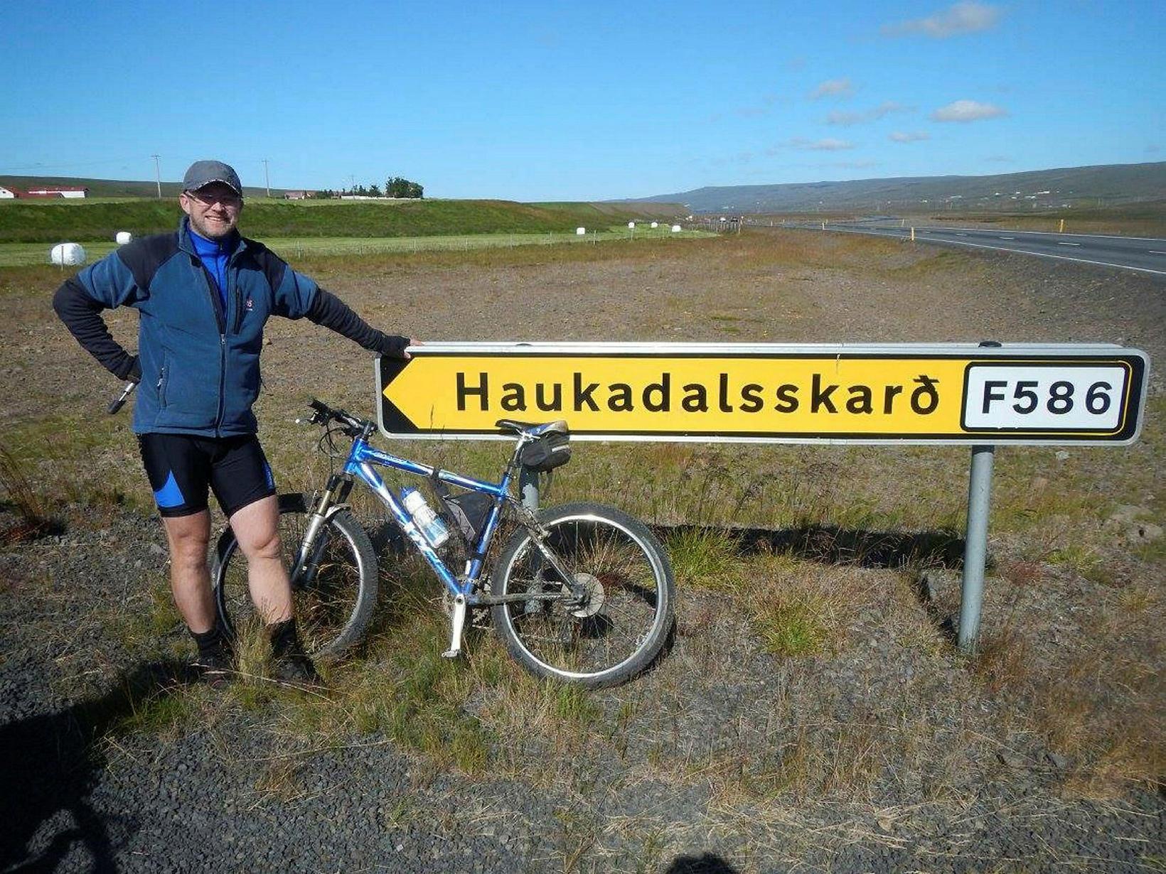 HAukur og ellefu ára gamli jálkurinn á leið í Haukadalsskarð.