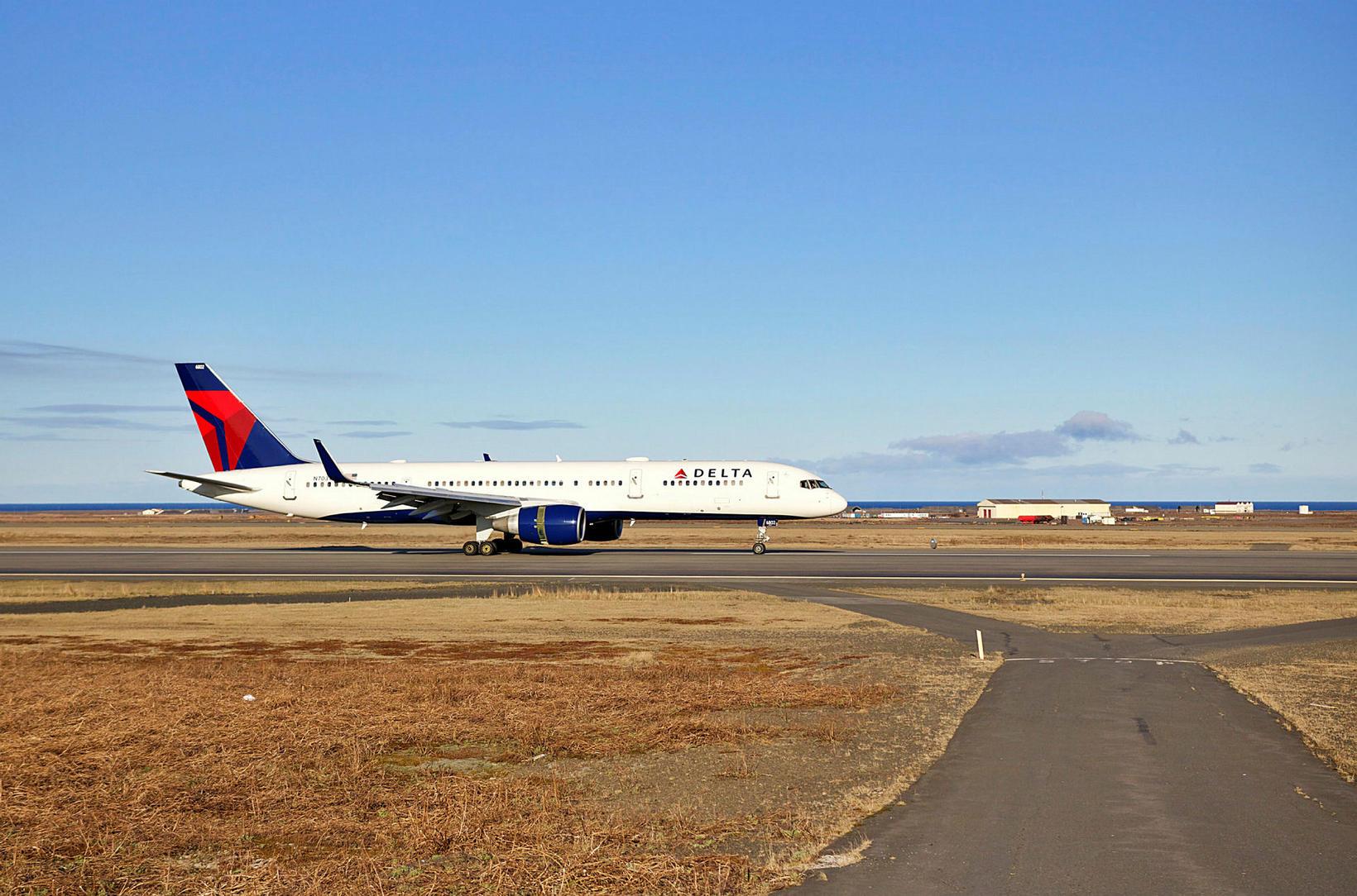 Vél Delta Air Lines lenti á Keflavíkurflugvelli í gær.