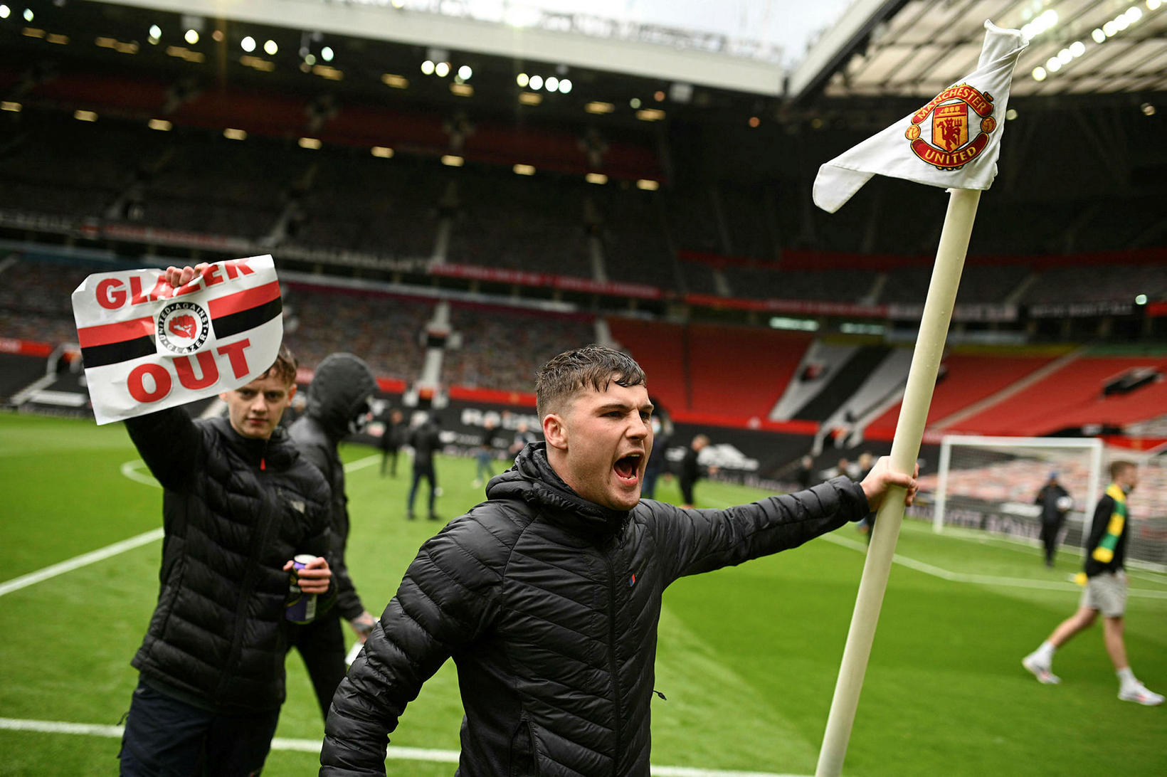 Stuðningsmenn Manchester United brutust inn á Old Trafford um helgina …