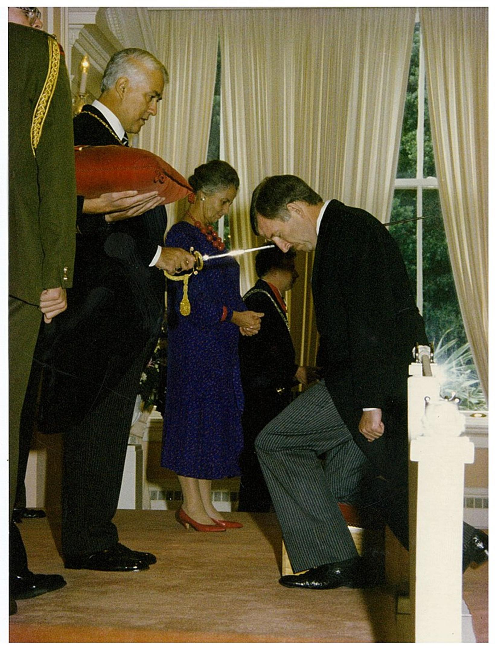 Sir Paul Reeves aðlar Sir Ron Brierley í maí 1988.