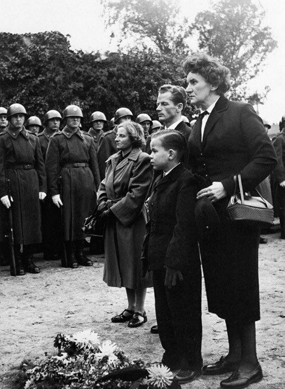László Rajk yngri, aðeins sjö ára, árið 1956, ásamt móður …