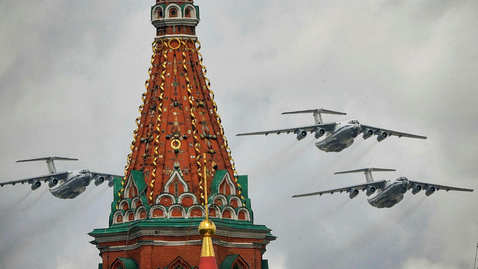 Rússneskar vélar af gerðinni Ilyushin Il-76 fljúga yfir Kreml í …
