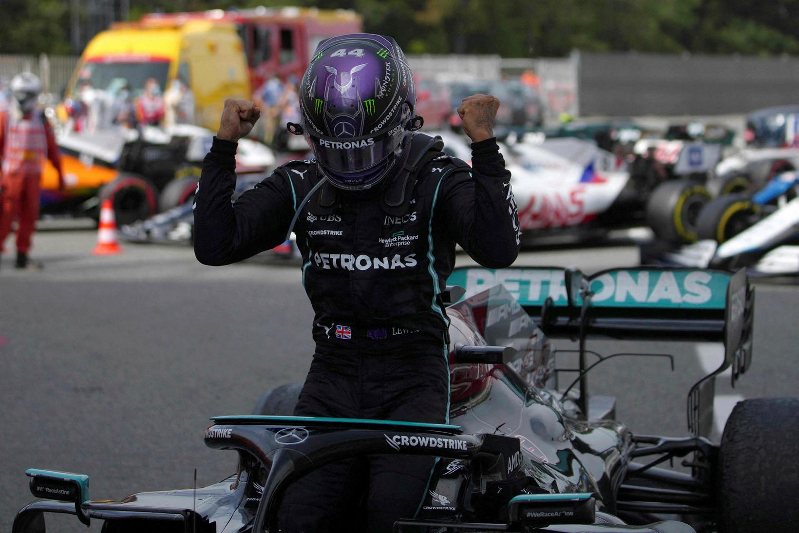 Lewis Hamilton fagnar sigrinum í BArcelona.
