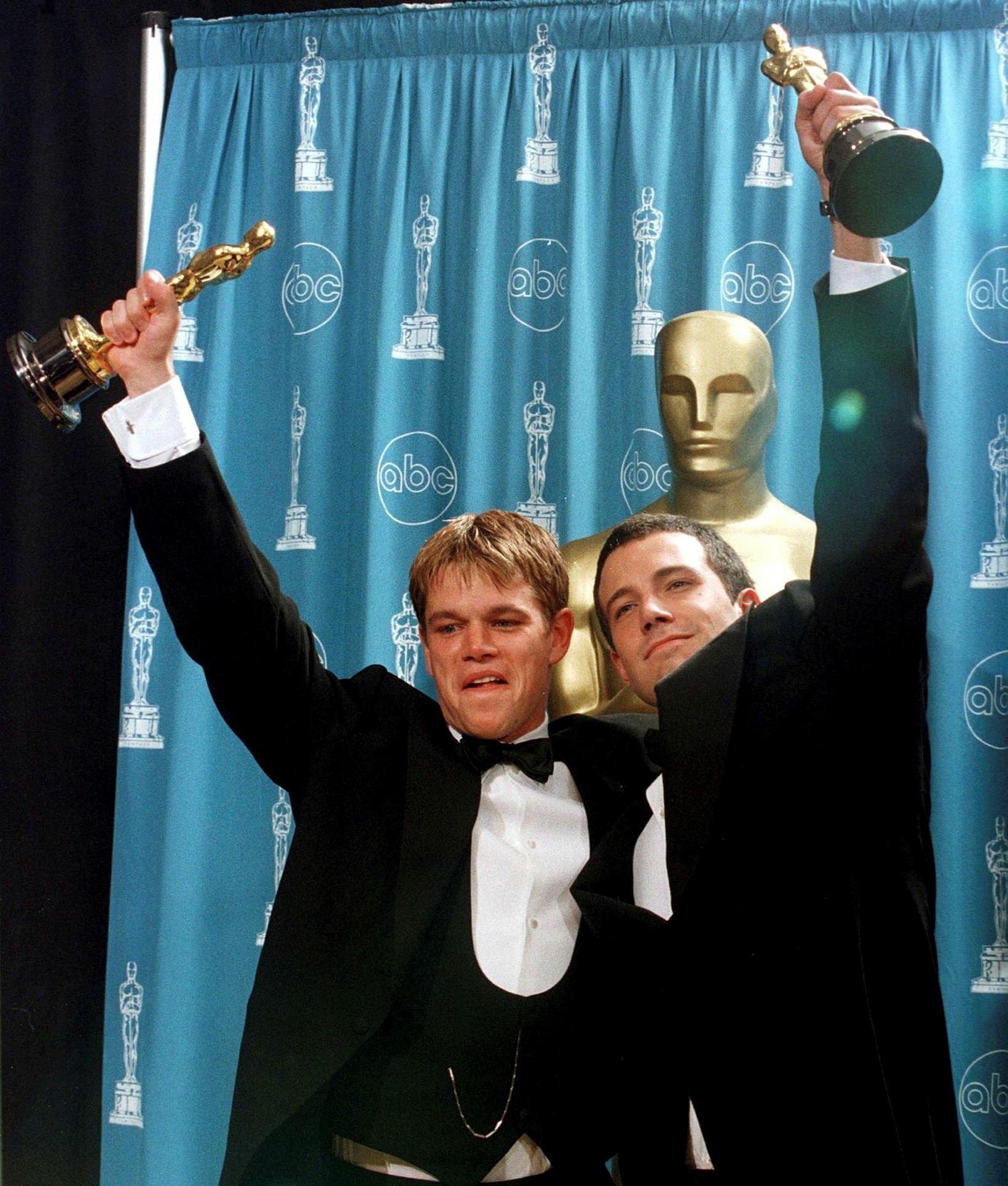 Matt Damon og Ben Affleck fagna óskarverðlaunum fyrir myndina Good …