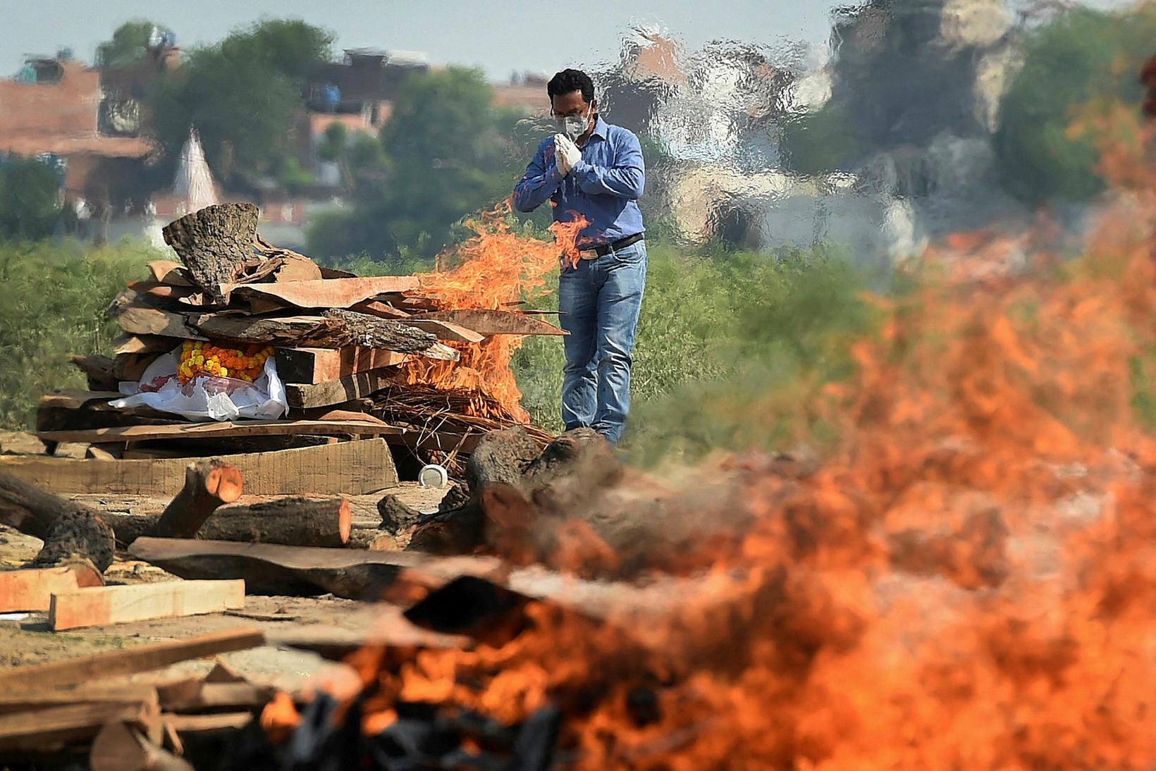 Fórnarlömb faraldursins brennd á báli í Allahabad í Indlandi um …
