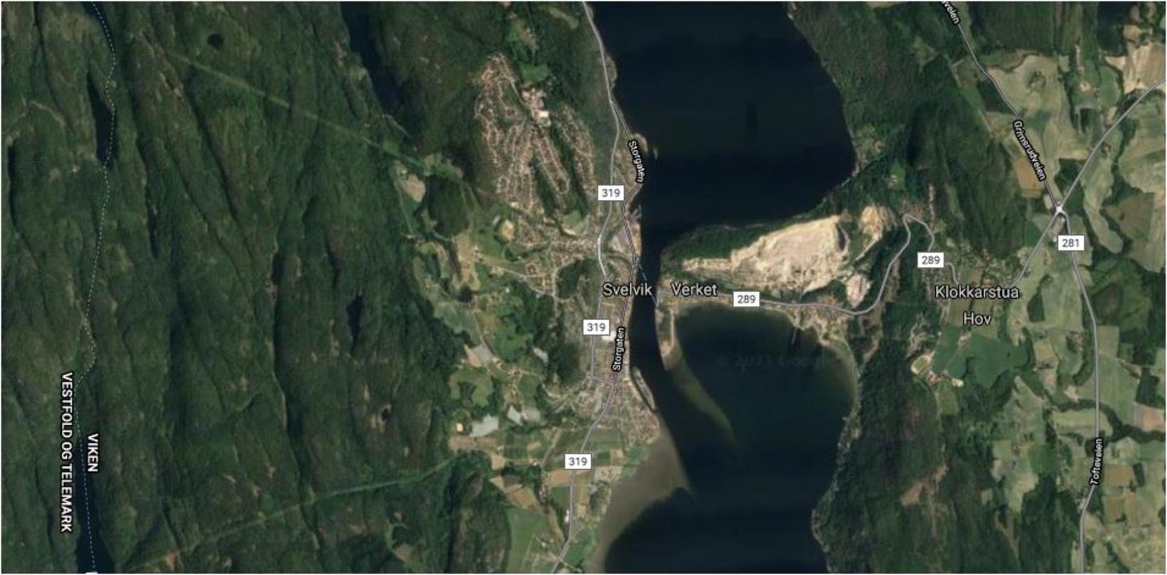Svona lítur Svelviksundið út á Google Maps. Um þetta nálarauga, …