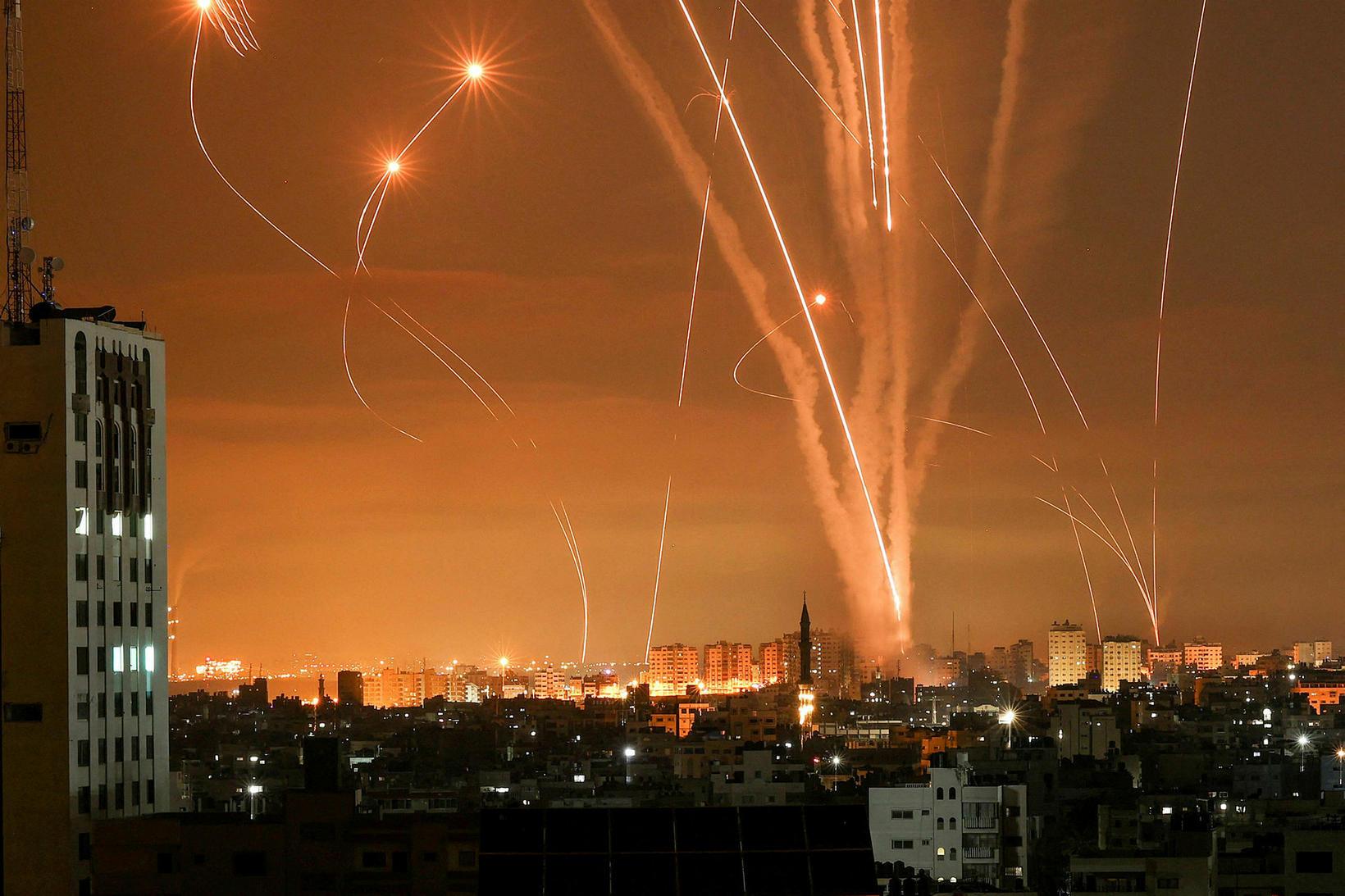 Eldflaugar yfir Gaza-svæðinu.