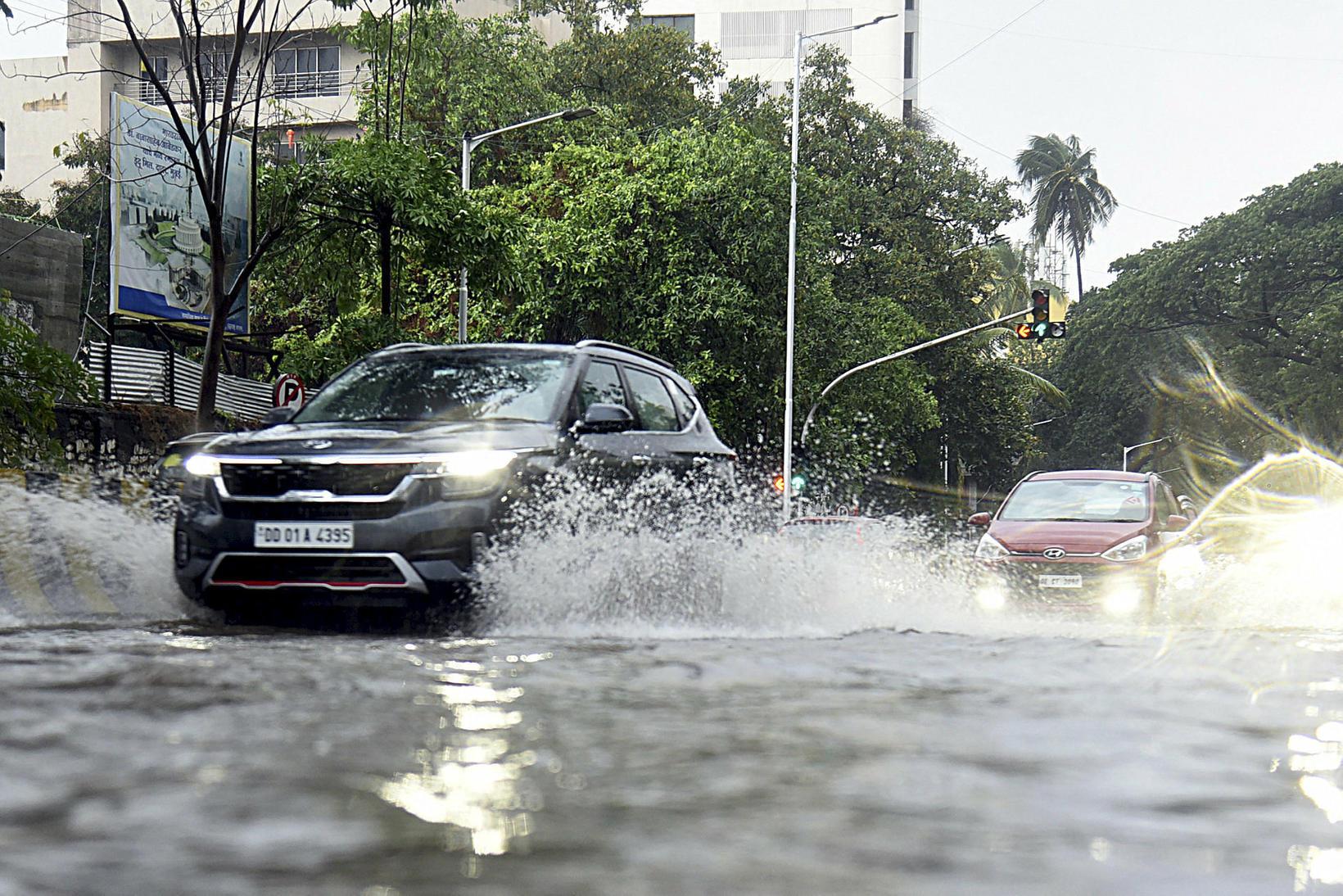 Götur Mumbai fyllast af vatni