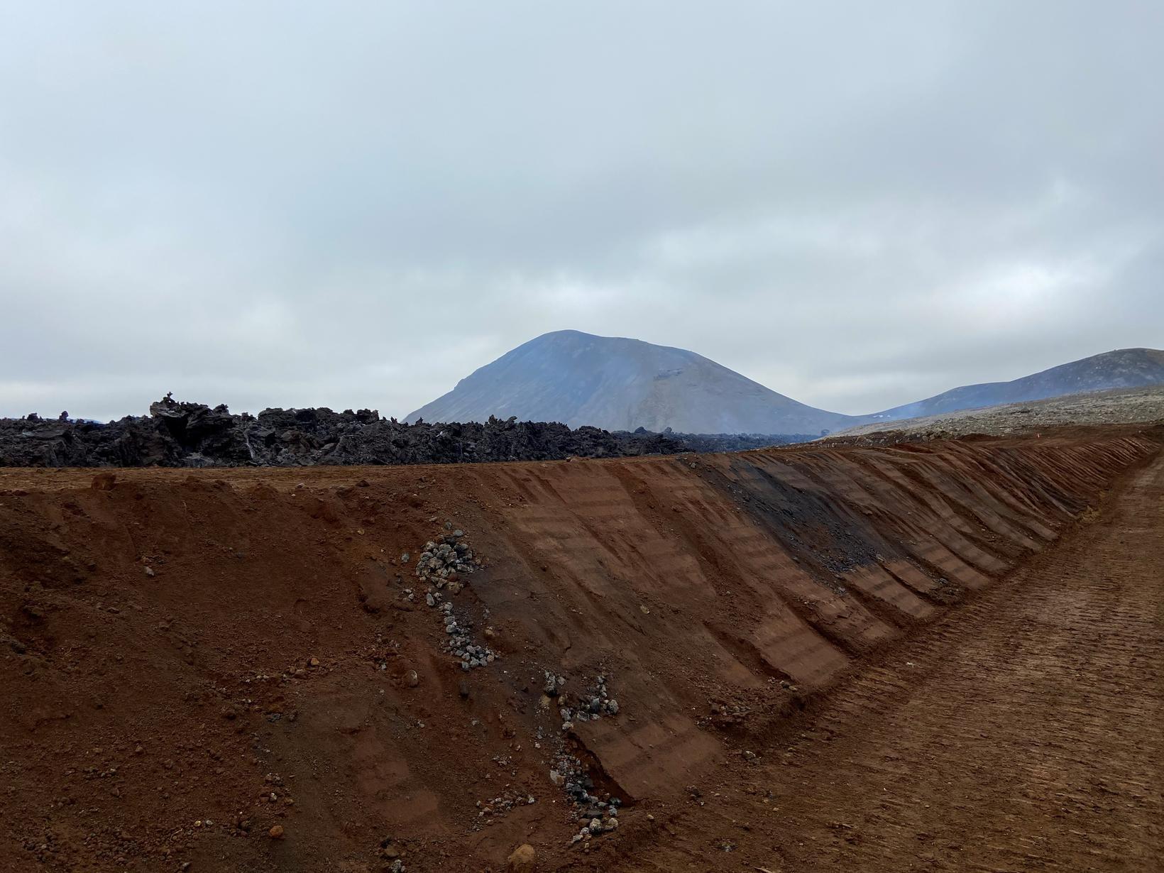 Varnargarðar við hraunið í suðurhluta Merardala.